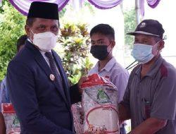 Pemkab Malteng Genjot Vaksinasi dan Serahkan Bantuan untuk Warga Terdampak Covid-19